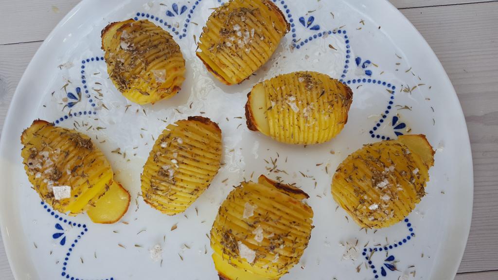 Opskrift på hjemmelavede Hasselbagte kartofler