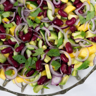 Sund mangosalat med avocado og kidneybønner