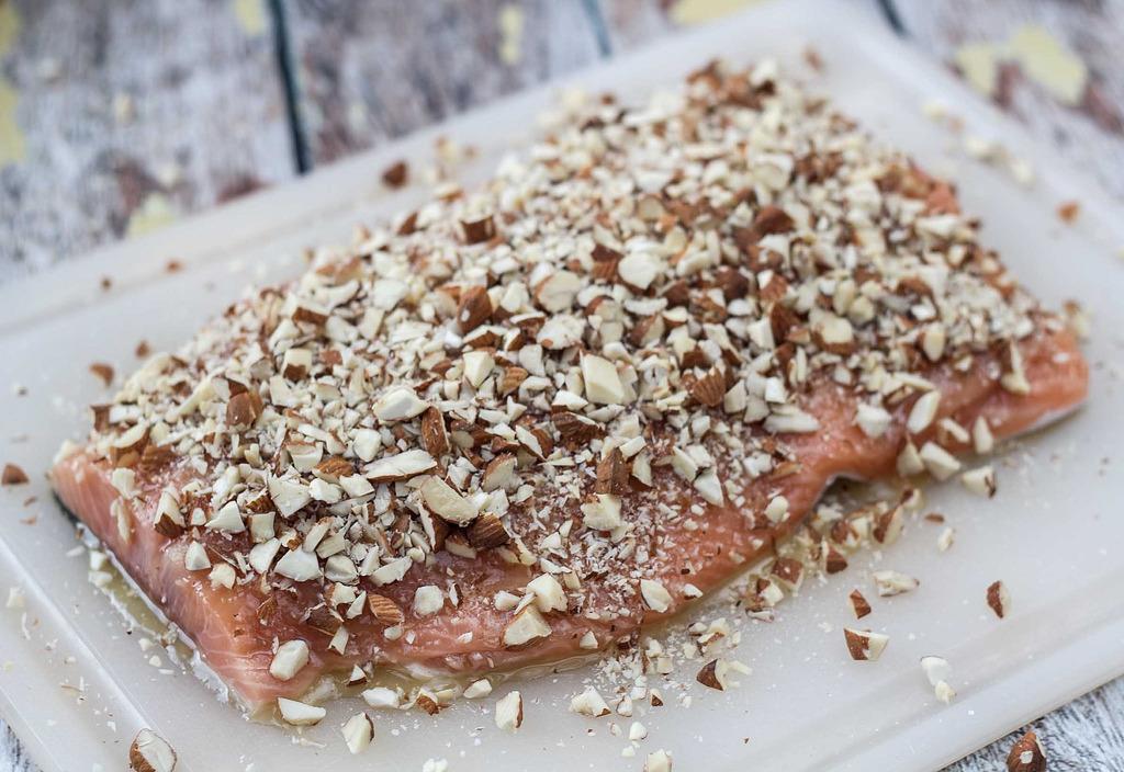 Opskrift på bagt Lakseside med Honning og Mandler