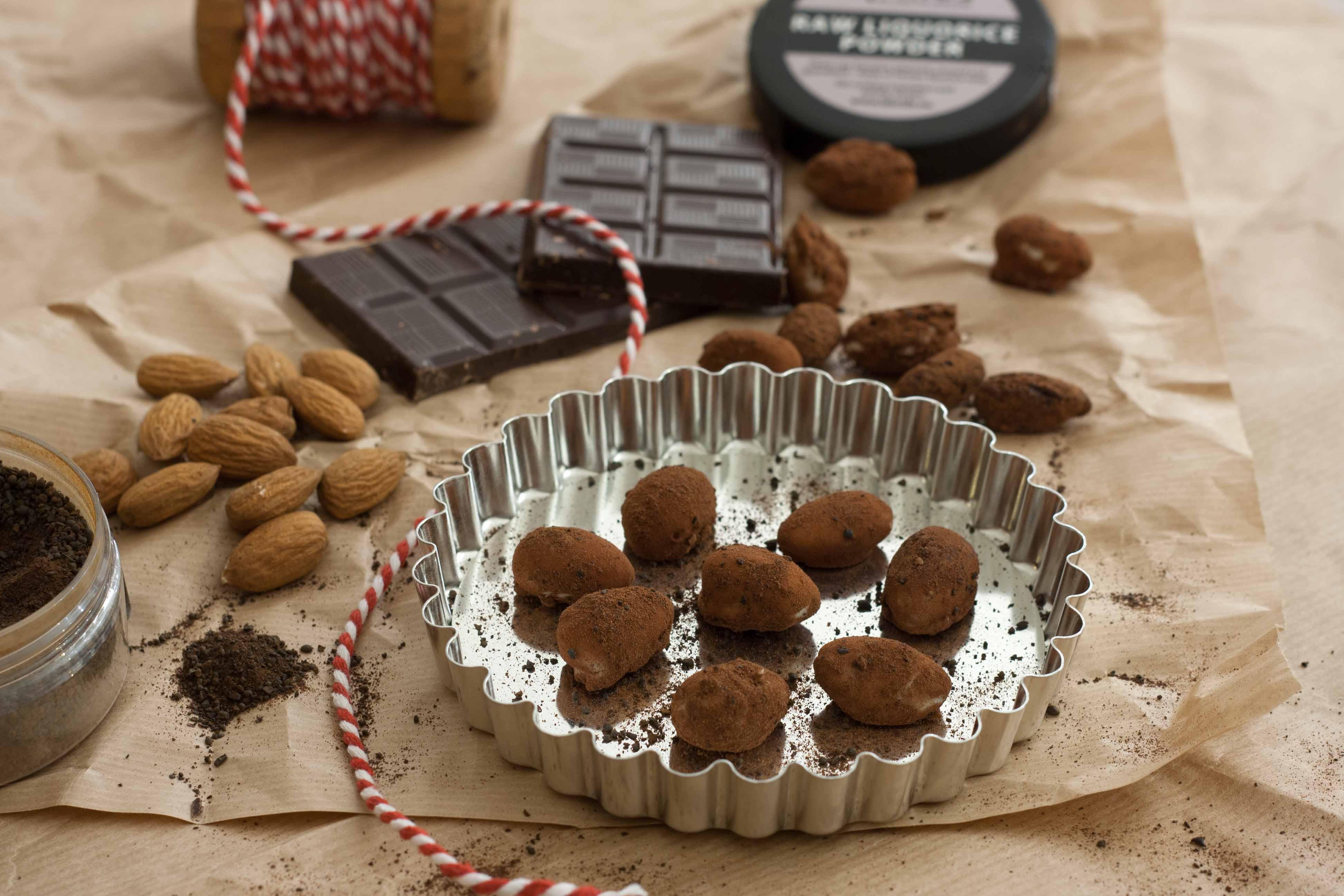 Opskrift på Hjemmelavet Chokolade Mandler med Lakrids