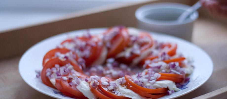 Tomatssalat med Mozzarella og Rødløg