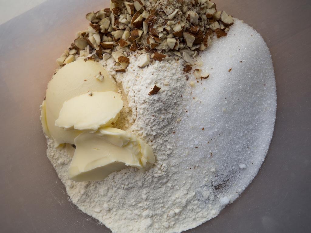 Opskrift på bagt rabarberkompot med mandel crumble