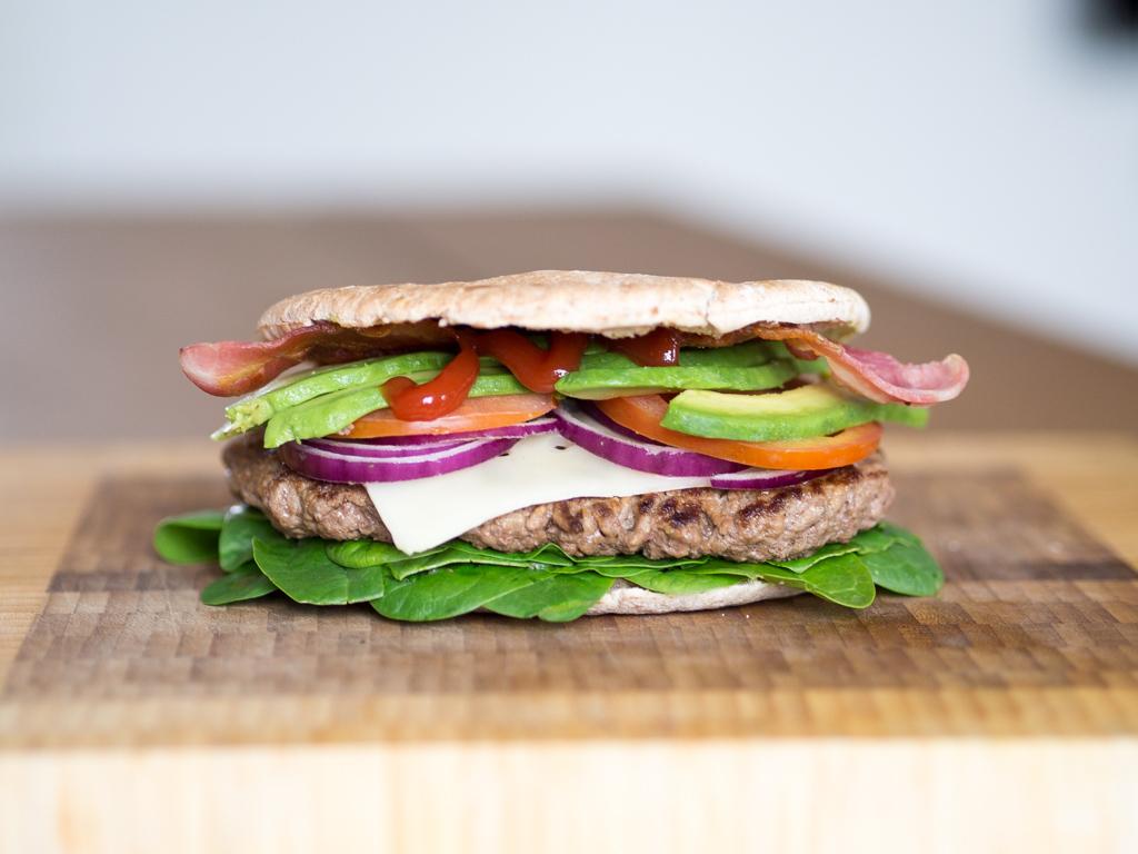Opskrift på sund burger med pitabrød