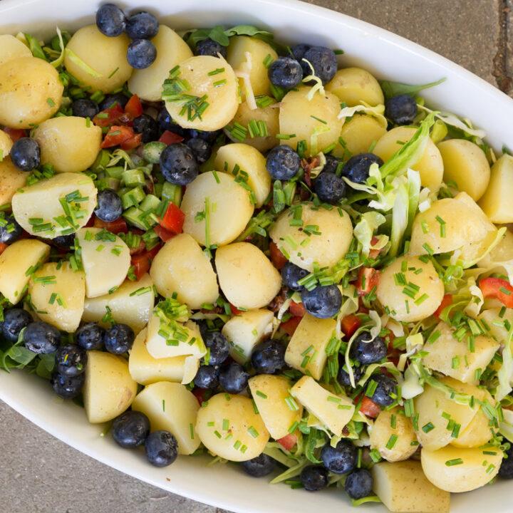 Opskrift på kartoffelsalat med blåbær og spidskål