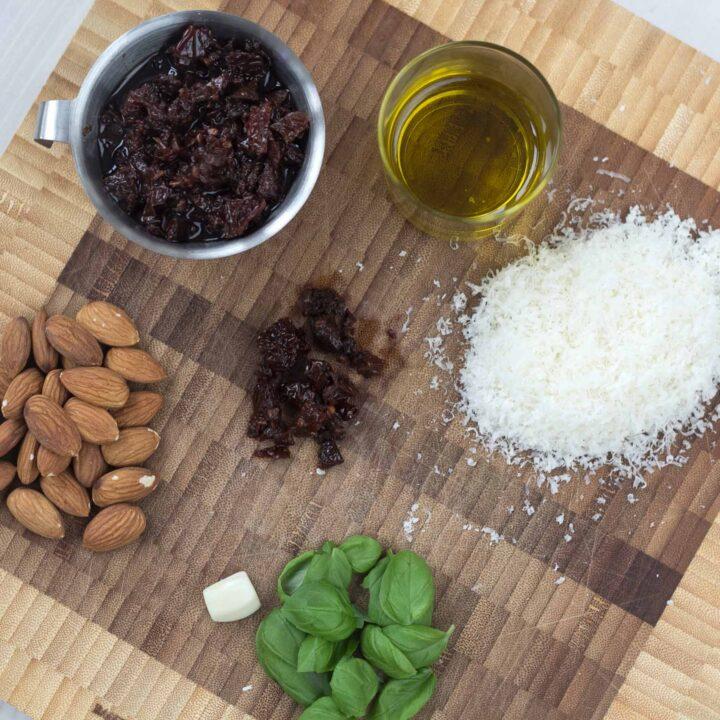 Nem opskrift på Pesto med soltørret tomat og parmesan (hjemmelavet Pesto)