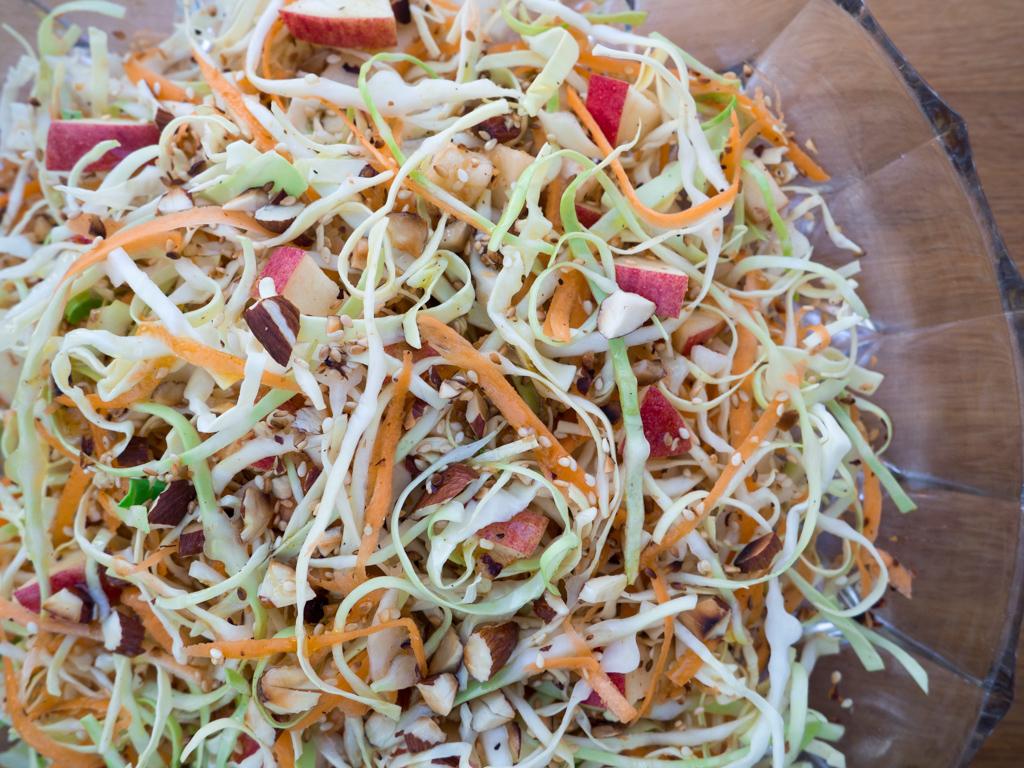 Spidskålssalat Med æbler Gulerødder Og Ristet Sesamfrø Super
