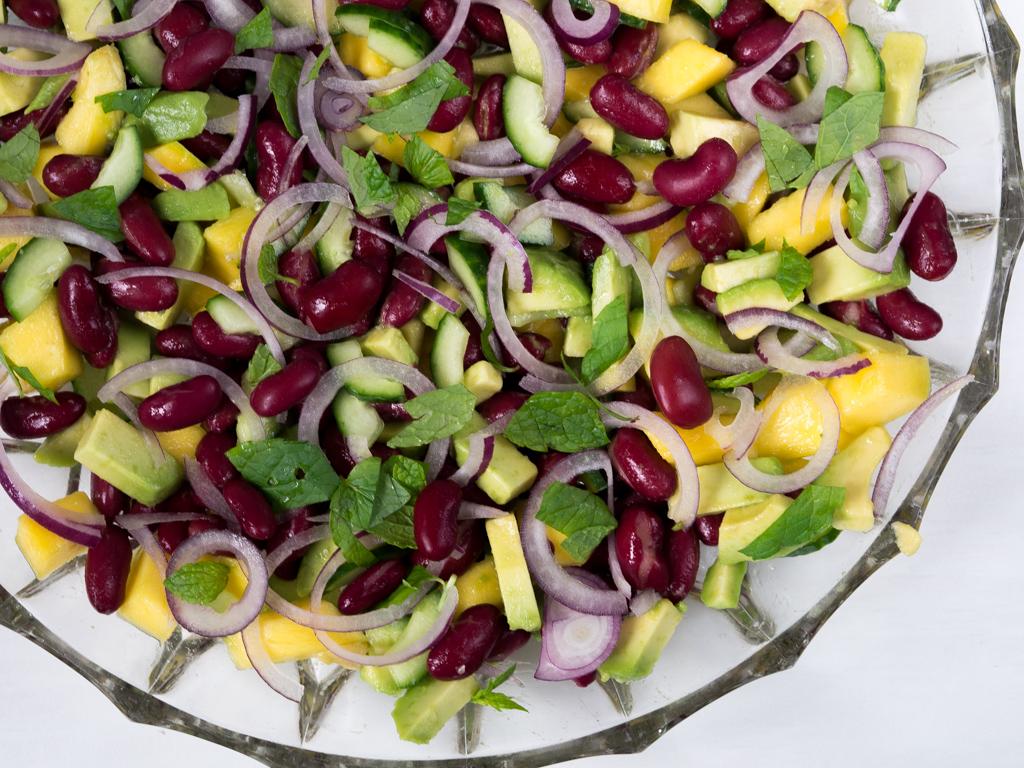 Opskrift på sund mangosalat med kidneybønner og avocado