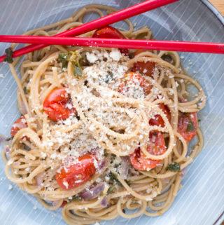 Opskrift på One-pot Tomat Basilikum Pasta