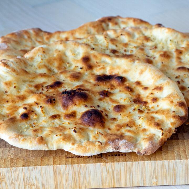 Opskrift på hjemmelavet Naan brød på pizzasten