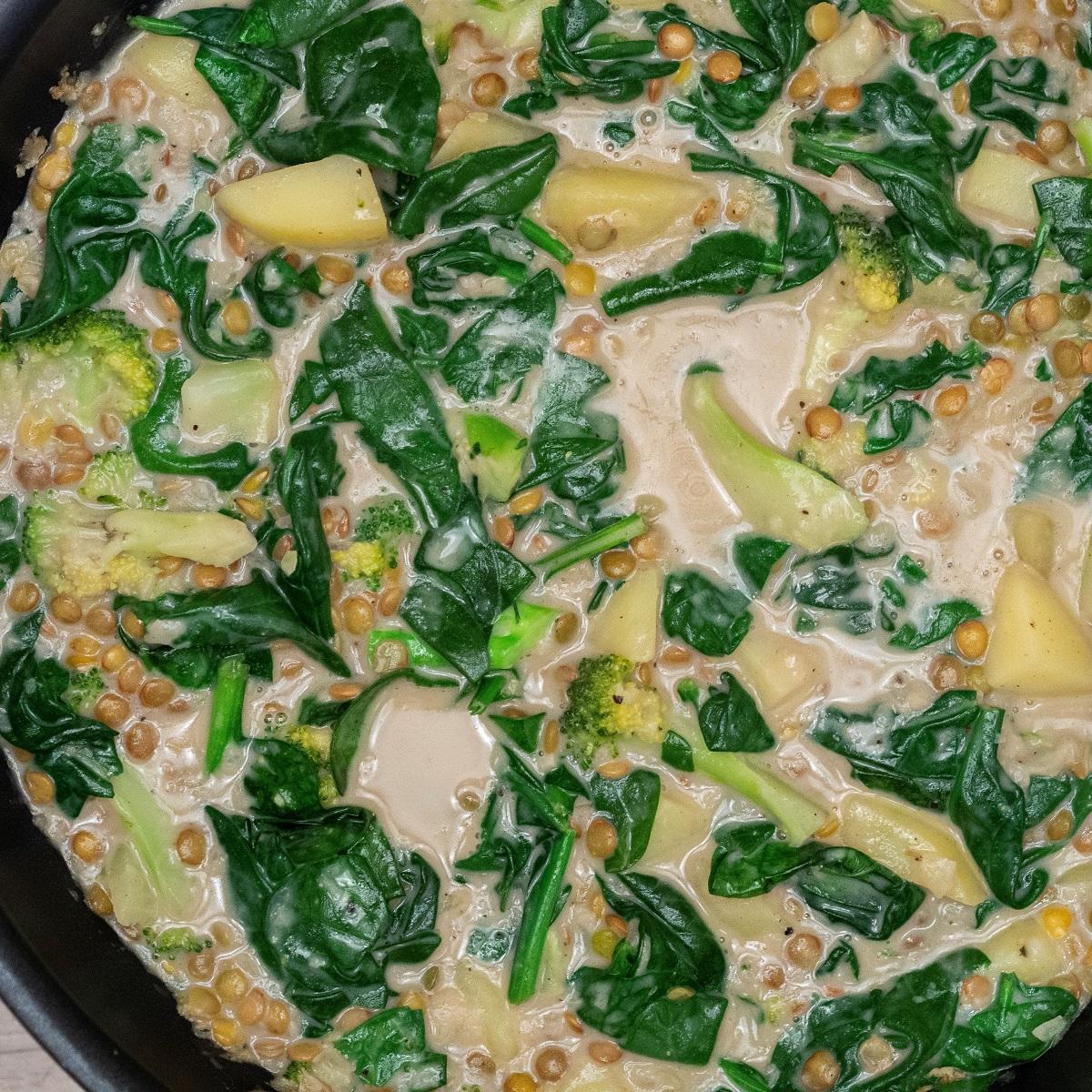Opskrift på Sund linsecurry med spinat og broccoli