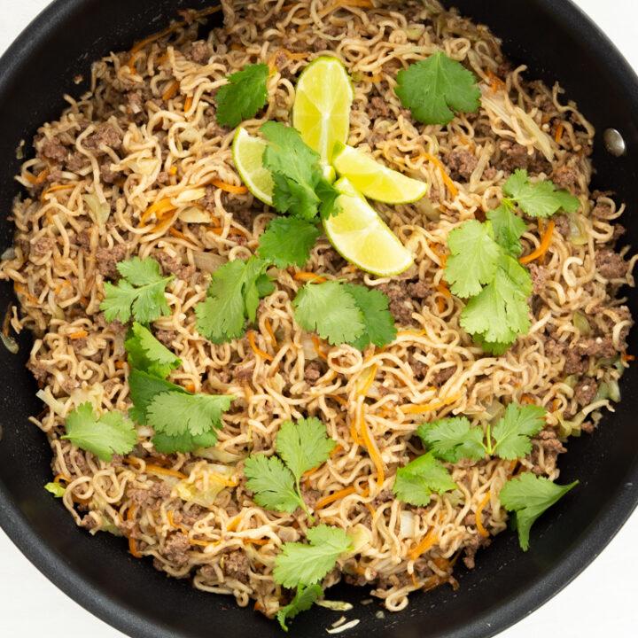Asiatisk oksekødsret med nudler og kål