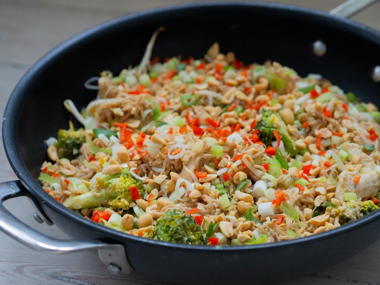 Opskrift på sund Pad Thai med kylling, nudler og broccoli