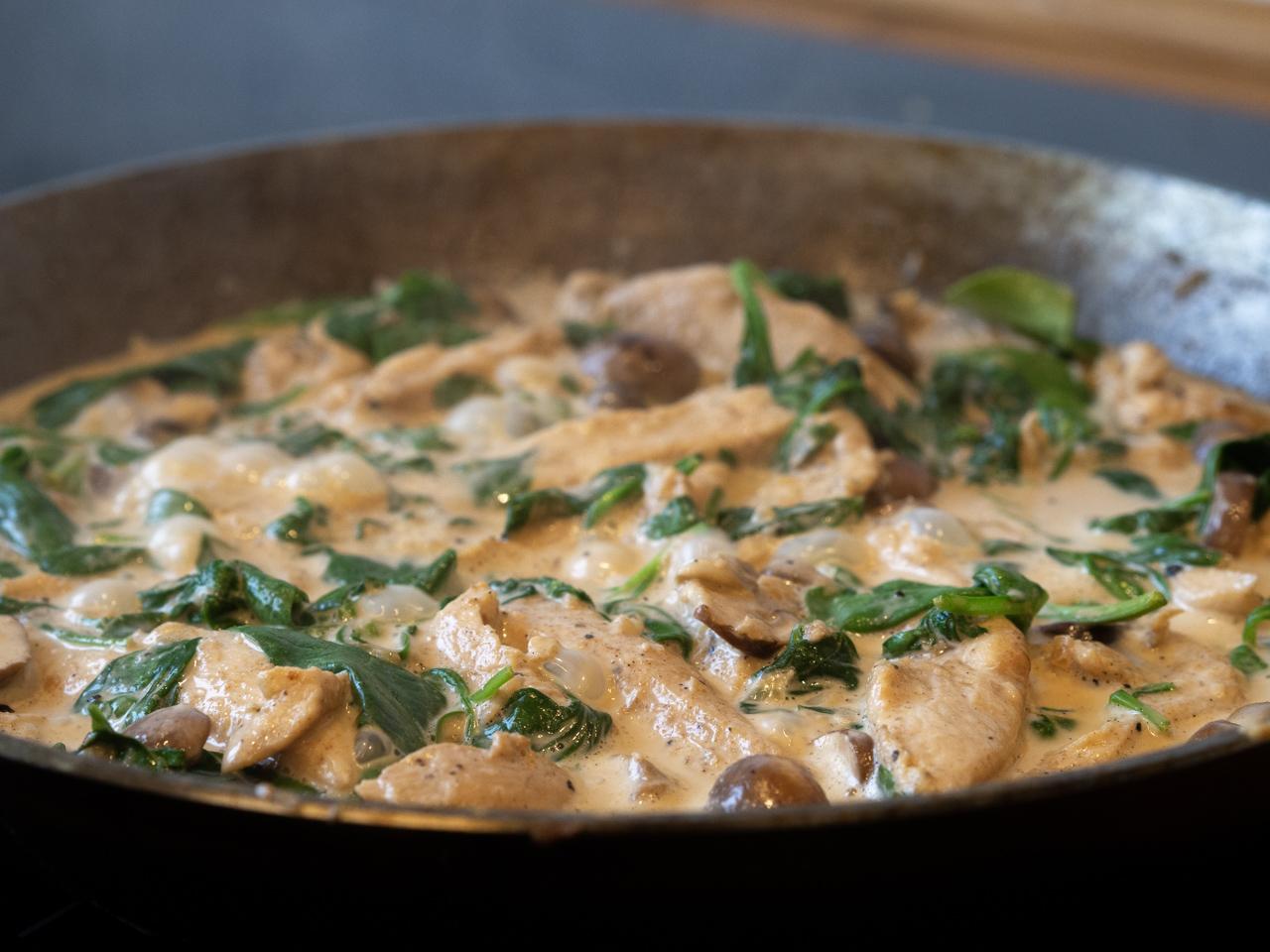Opskrift på sunde fyldte pandekager med kylling, spinat og svampe
