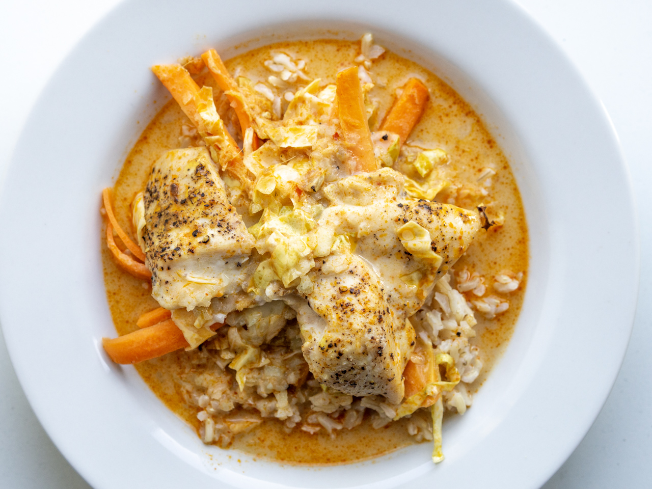 Opskrift på Kylling med spidskål, gulerødder i kokos- og karry sauce